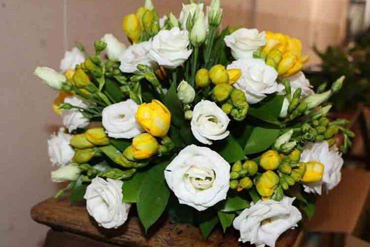 Rosas brancas e flores brancas e amarelas na ornamentação do Santuário