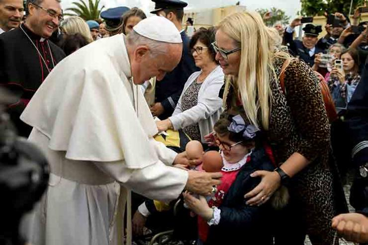 Papa com gestos para com crianças e idosos