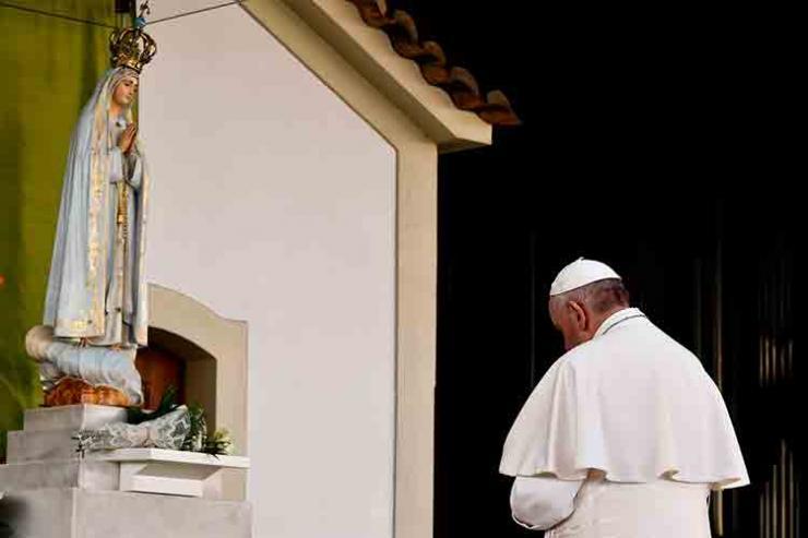 Papa reza em silêncio frente à imagem da Virgem Maria