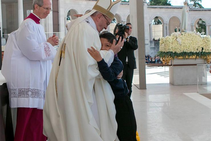 Missa de Canonização: Papa abraça Lucas, a criança miraculada