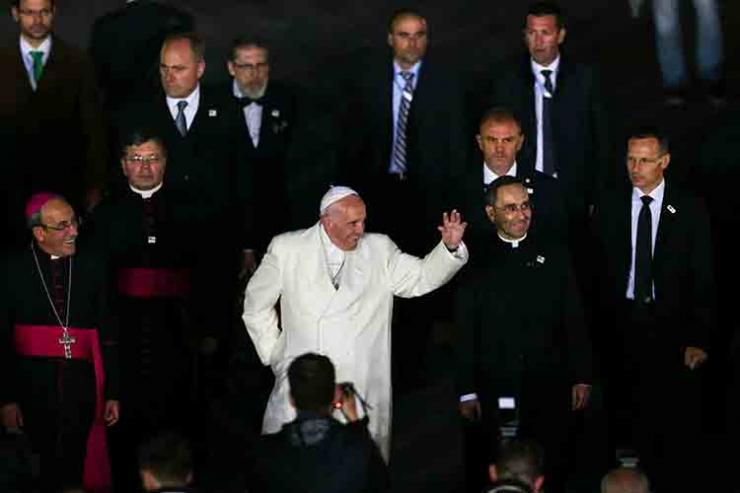 Papa percorreu a pé parte do trajeto até à Capelinha