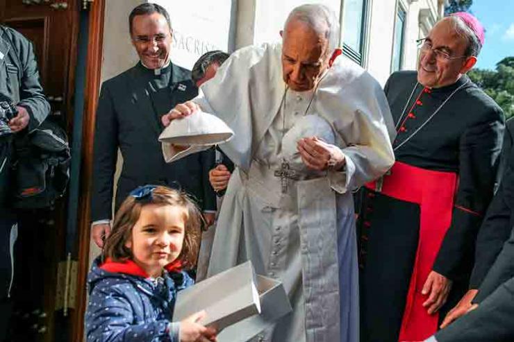 Papa saúda crianças e sacerdote mais idoso de Portugal