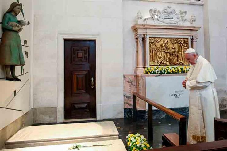 Papa rezou junto dos túmulos de Francisco e Jacinta